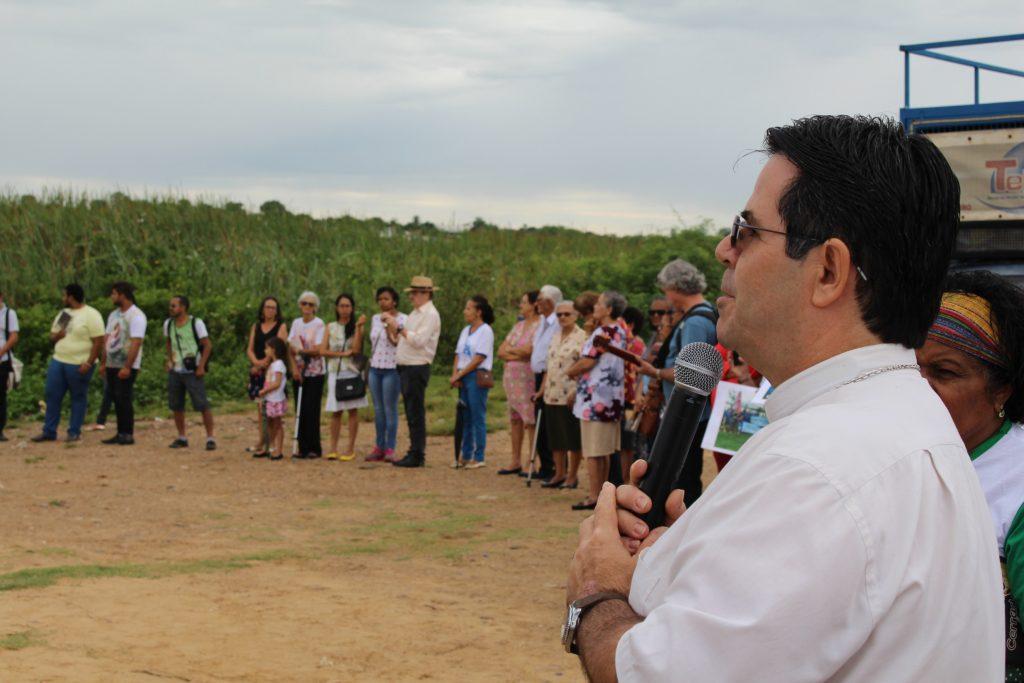 Dom Beto Breis faz a abertura da Festa, nas margens do Rio São Francisco