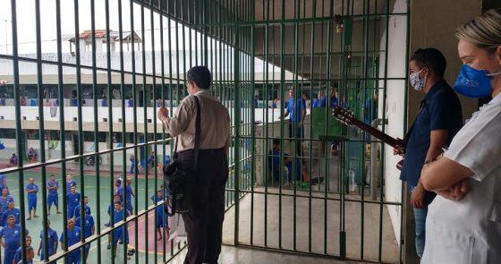 Visita de Dom Beto Breis à enfermaria do Conjunto Penal de Juazeiro é marcada por surpresa e momento de oração com internos